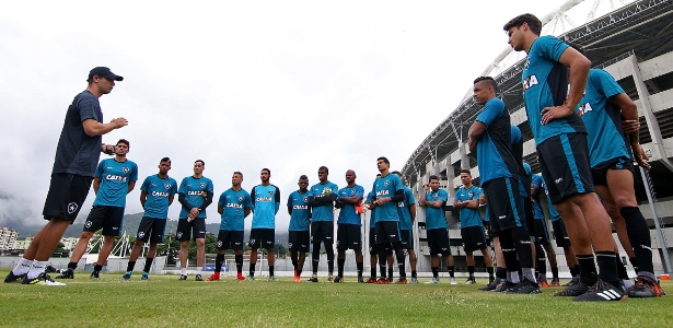 Felipe Conceição conversa com o jovem elenco do Botafogo na reapresentação