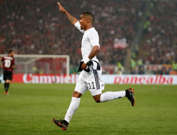 Douglas Costa comemora ao anotar o segundo gol da Juventus na decisão