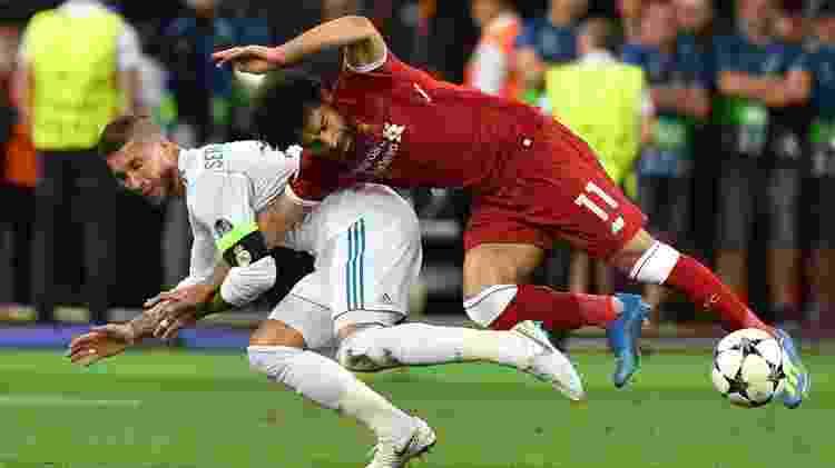 Salah se machucou em lance com Sergio Ramos no ano passado; hoje, se recupera e faz gol na final - GENYA SAVILOV/AFP