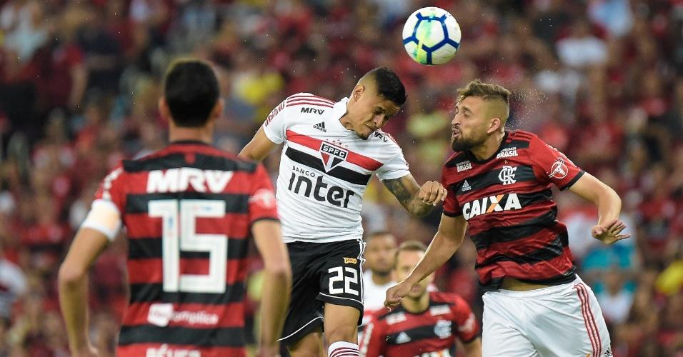 Everton disputa bola pelo alto com Leo Duarte durante Flamengo x São Paulo