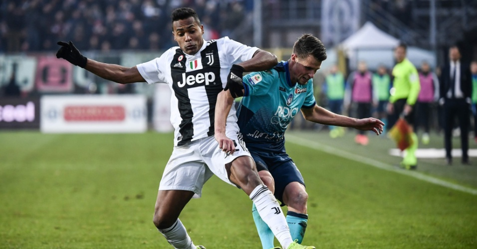 8dc8a5d6f965f Alex Sandro disputa bola na partida contra a Atalanta