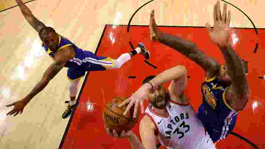 Marc Gasol em disputa com DeMarcus Cousins em Warriors x Raptors - Gregory Shamus/Getty Images/AFP