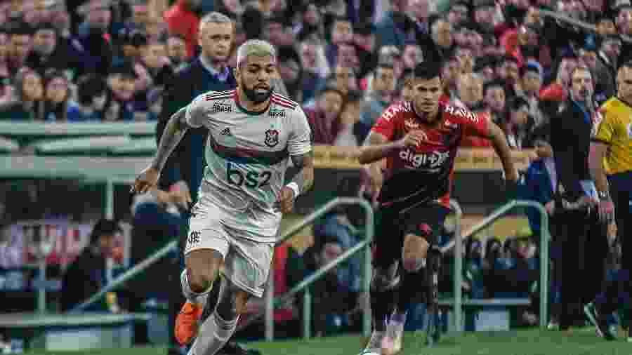 Gabigol conduz a bola acompanhado de Bruno Guimarães na partida Flamengo x Athletico-PR na Copa do Brasil - Gabriel Machado/AGIF