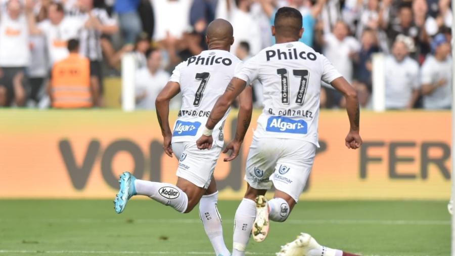 Sánchez e Derlis González comemoram gol do Santos em vitória sobre o Avaí - Ivan Storti/Santos FC