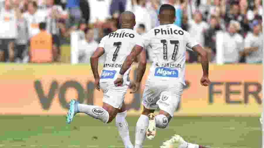 Sánchez e Derlis González comemoram gol do Santos - Ivan Storti/Santos FC