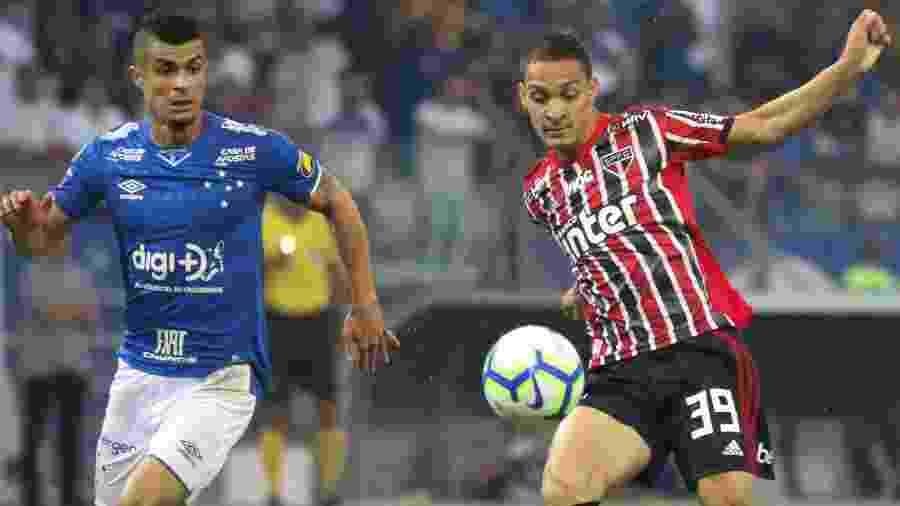 Egídio e Antony disputam bola durante Cruzeiro x São Paulo no Brasileirão 2019 - Fernando Moreno/AGIF
