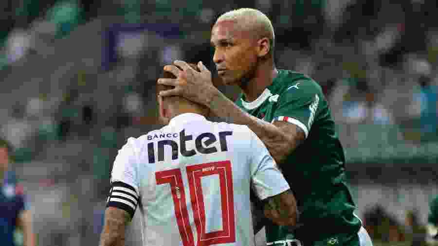 Deyverson cumprimenta Daniel Alves durante partida entre Palmeiras e São Paulo - Bruno Ulivieri/AGIF