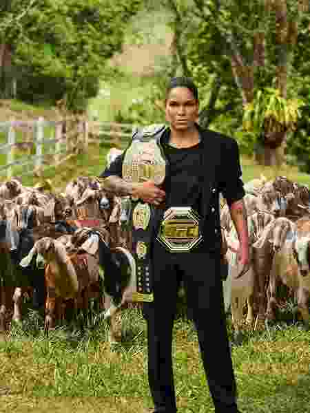 Amanda Nunes com seus dois cinturões - André Shiliro