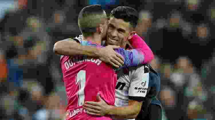 Gabriel Paulista abraça o goleiro Domenech após vitória importante sobre o Barcelona - Albert Gea/Reuters