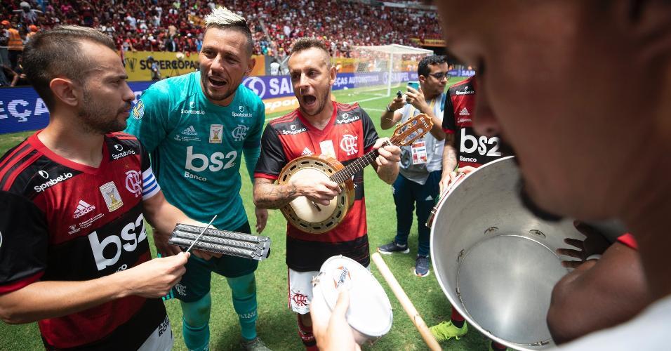 Flamengo comemora título da Supercopa do Brasil com samba liderado por Rafinha