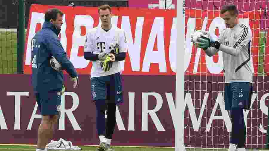 Treino dos goleiros do Bayern de Munique, Manuel Neuer (centro) e Christian Fruchtl (direita) -  MUSTAFA ABUMUNES / AFP