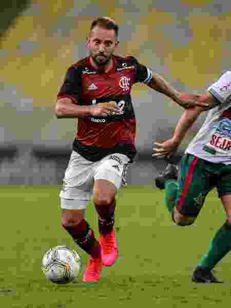Everton Ribeiro em ação na partida Flamengo x Portuguesa, pelo Carioca - Thiago Ribeiro/AGIF