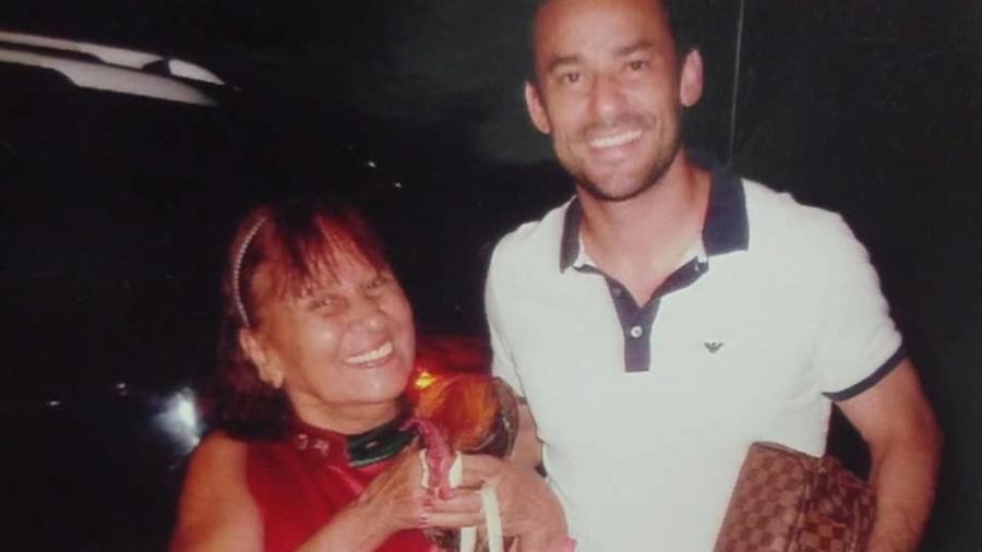 Dona Maria de Lourdes, a Vovó Tricolor, torcedora do Fluminense, ao lado de Fred - Reprodução Facebook