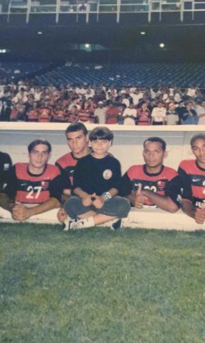 Pedrinho do Cavaco, ainda menino, com jogadores do Flamengo, entre eles Adriano (dir.), no banco de reservas do Maracanã