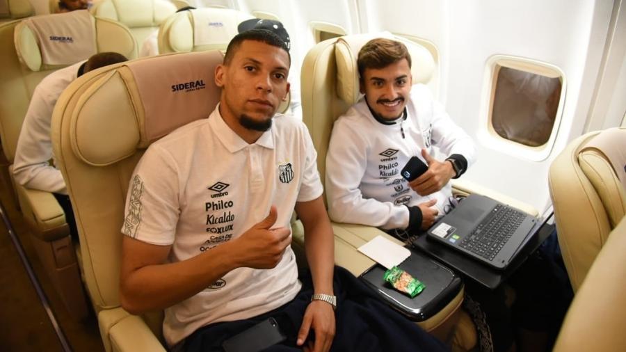Alex e Lucas Lourenço em voo fretado pelo Santos rumo ao Equador - @SantosFC