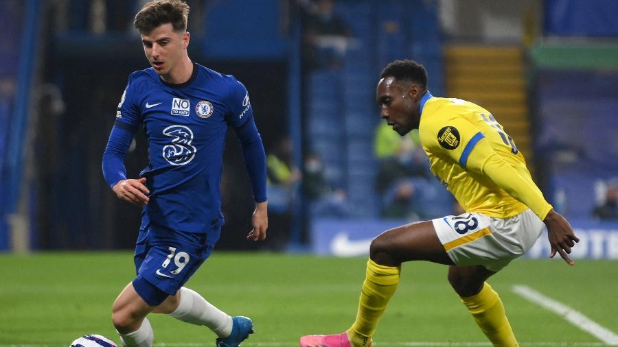 Mason Mount e Danny Welbeck disputam a bola na partida entre Chelsea x Brighton - MIKE HEWITT/AFP