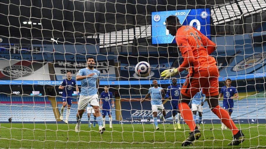 Sergio Aguero cobra pênalti com cavadinha e desperdiça durante Manchester City x Chelsea - Shaun Botterill/Getty Images