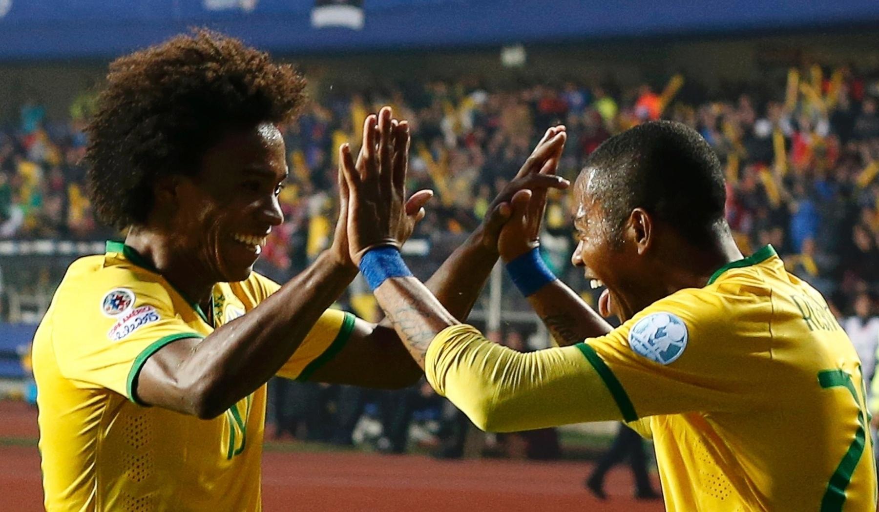 Willian e Robinho comemoram primeiro gol do Brasil nas quartas de final da Copa América