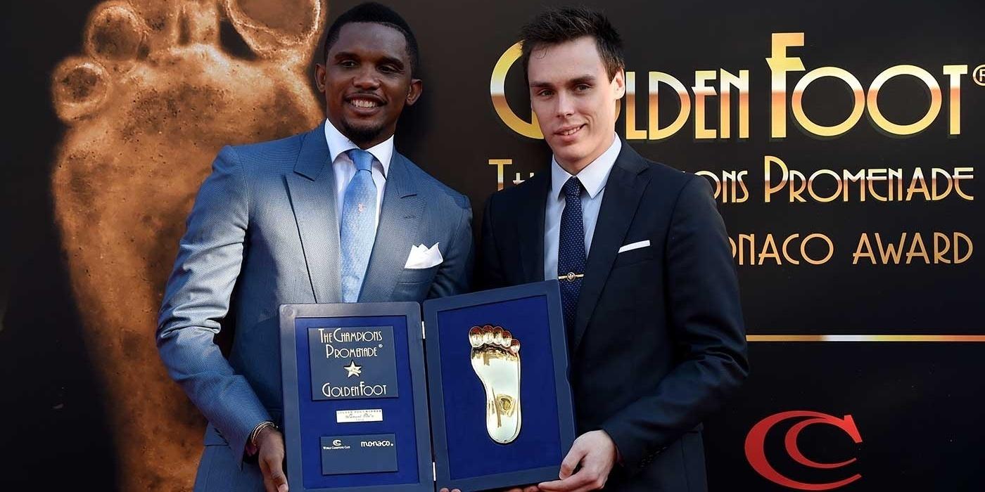 Samuel Eto'o recebe o prêmio Golden Foot 2015 em Mônaco
