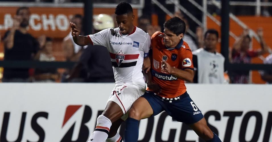 Michel Bastos disputa bola pelo São Paulo contra o Cesar Vallejo, na Libertadores
