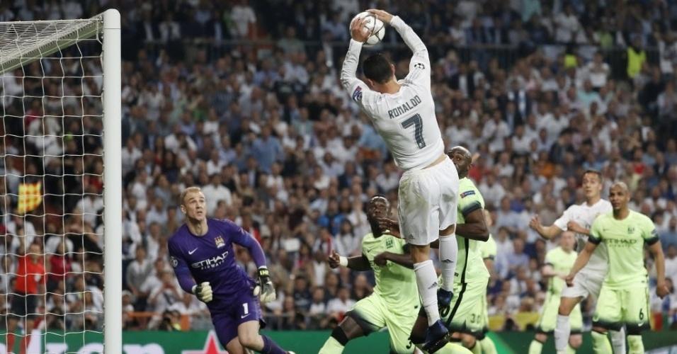 """Após marcação de impedimento, Cristiano Ronaldo """"faz gol de mão"""" em jogo do Real Madrid contra o Manchester City"""