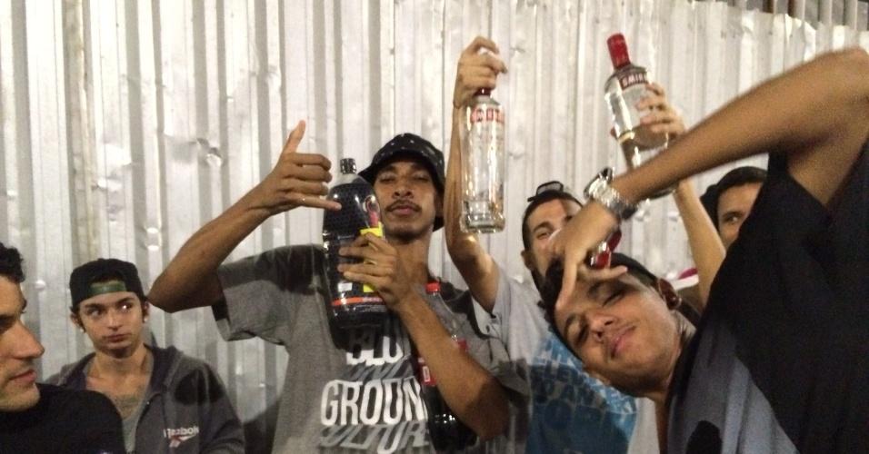 Vascaínos estão consumindo muita bebida alcoólica na fila do Maracanã
