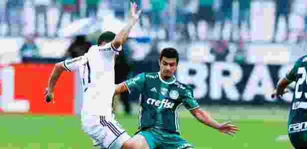 Egídio, do Palmeiras, tenta desarmar jogador da Ponte Preta - Rubens Cavallari/Folhapress - Rubens Cavallari/Folhapress