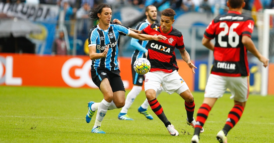 Paolo Guerrero disputa bola com Pedro Geromel na partida entre Flamengo e Grêmio