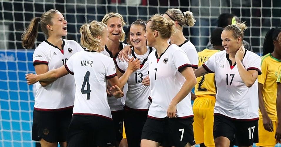 Jogadoras da Alemanha comemoram o primeiro gol contra o Zimbábue, marcado por Sara Daebritz
