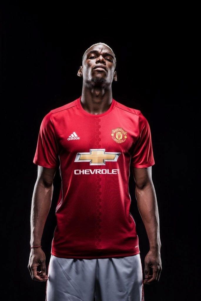 Pogba posa com a camisa do Manchester United