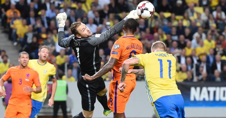 Jeroen Zoet salva lance no jogo entre Holanda e Suécia