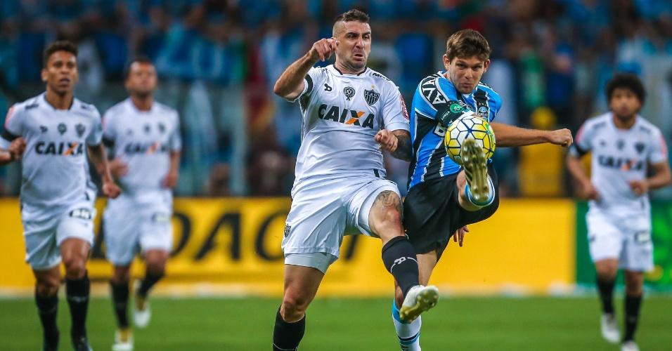 Walter Kannemann, do Grêmio, e Lucas Pratto, do Atlético-MG, brigam pela bola