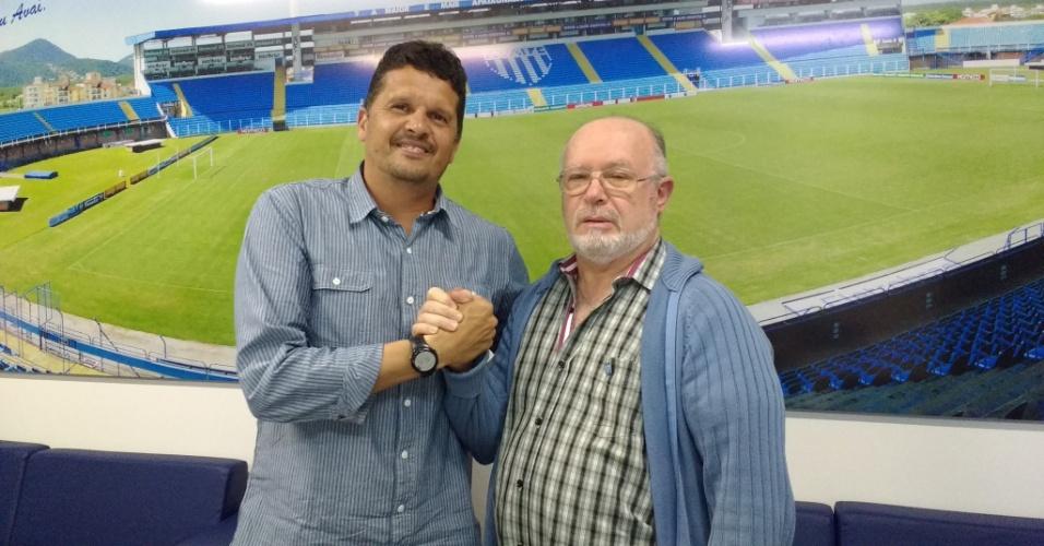 Claudinei Oliveira (à esquerda), técnico do Avaí