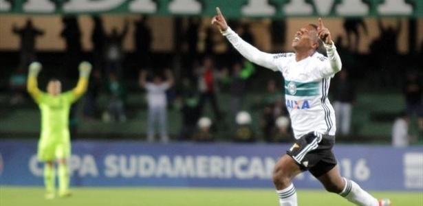 Meia Iago Dias (à dir. na barreira) fica no Coritiba até 2020 - Divulgação/Coritiba