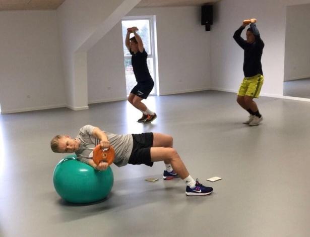 Kevin Magnussen faz exercícios funcionais para se preparar fisicamente