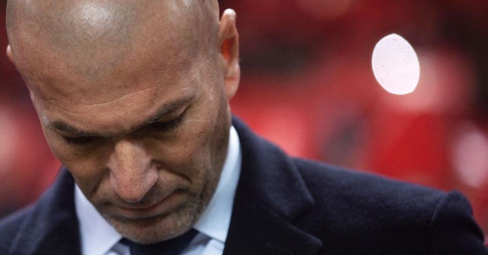 Zinedine Zidane, técnico do Real Madrid, lamenta após a derrota para o Sevilla
