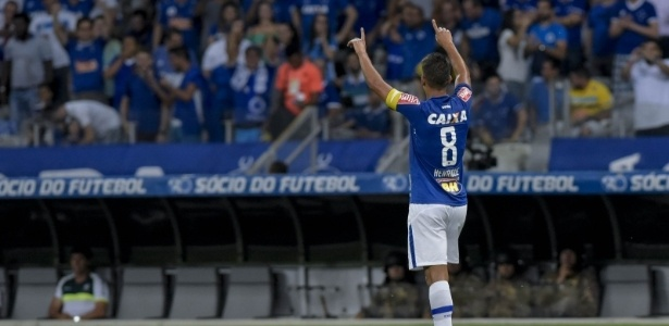 Volante Henrique comemora gol marcado pelo Cruzeiro