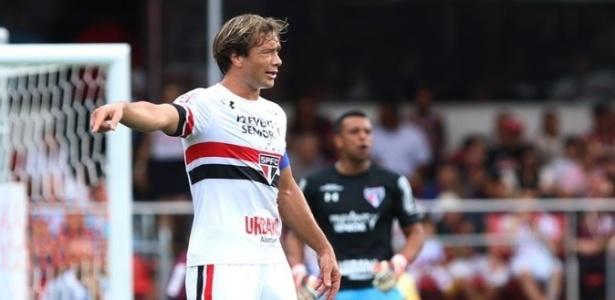 Lugano em ação na partida São Paulo e Santo André