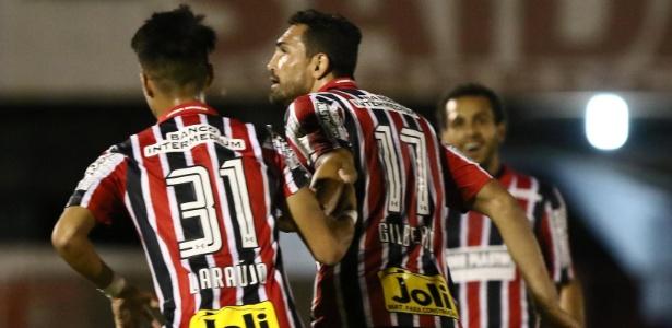 Gilberto comemora gol