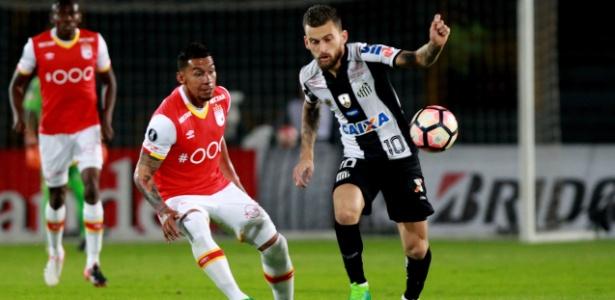 Lucas Lima, do Santos, encara a marcação do Santa Fe na Libertadores