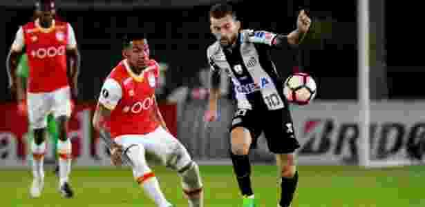 Lucas Lima, do Santos, encara a marcação do Santa Fe na Libertadores - Leonardo Muñoz/EFE