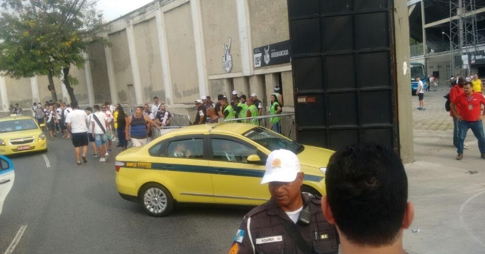 Táxis com atletas do Vasco chegam para o clássico contra o Fluminense