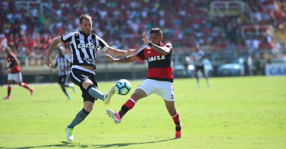 Joel Carli e Everton disputam bola durante Flamengo x Botafogo