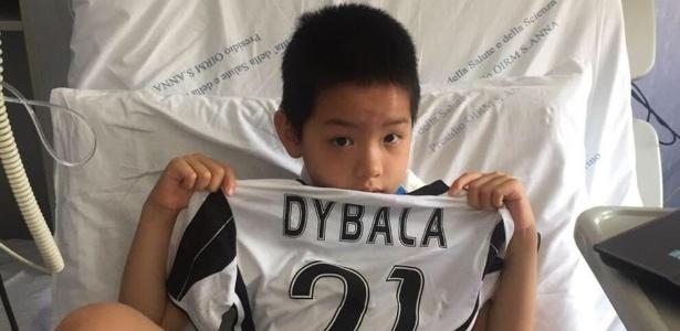 Kelvin, ferido em confusão em Turim, ganha camisa de Paulo Dybala