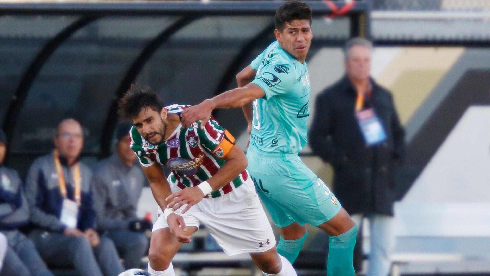 Henrique Dourado sofre falta de Arreaga no jogo entre Fluminense e Barcelona do Equador