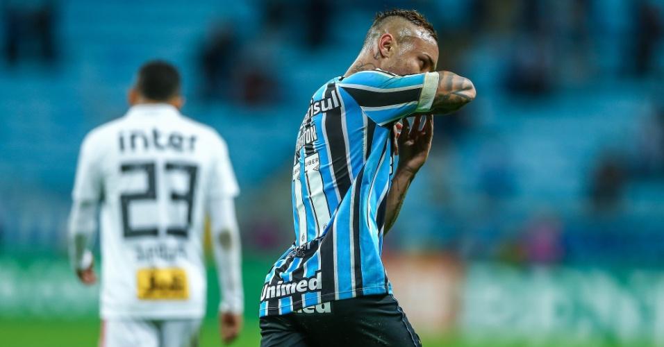 Everton comemora gol do Grêmio diante do São Paulo pelo Campeonato Brasileiro 2018