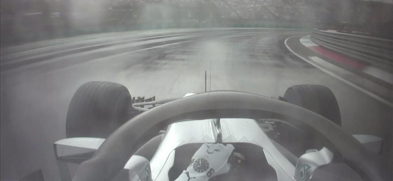 Segundo Lewis Hamilton, pista ainda tinha partes secas no início do treino classificatório - Reprodução/Twitter