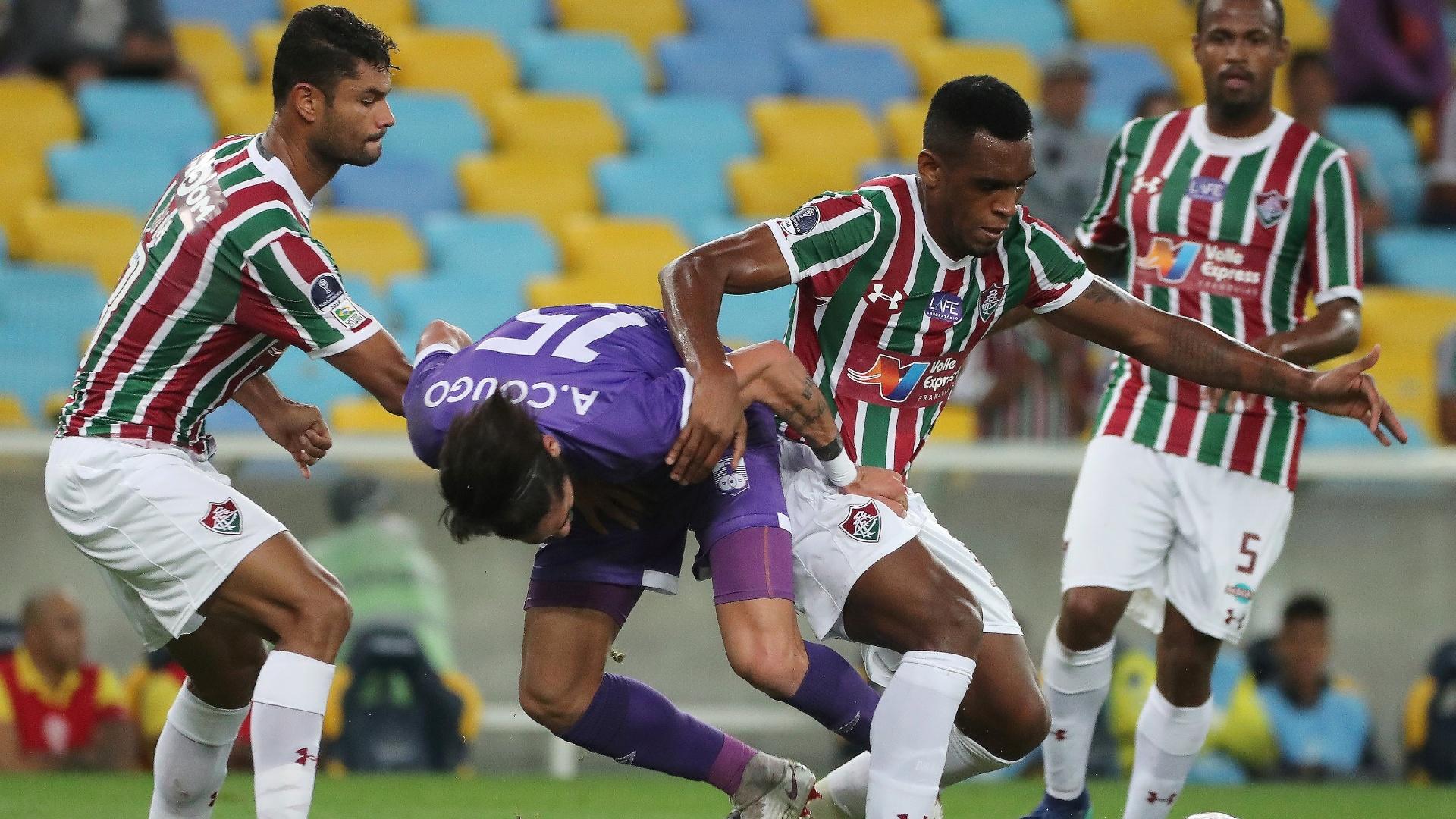 Dum e Digão desarmam Ayrton Cougo no jogo entre Fluminense e Defensor