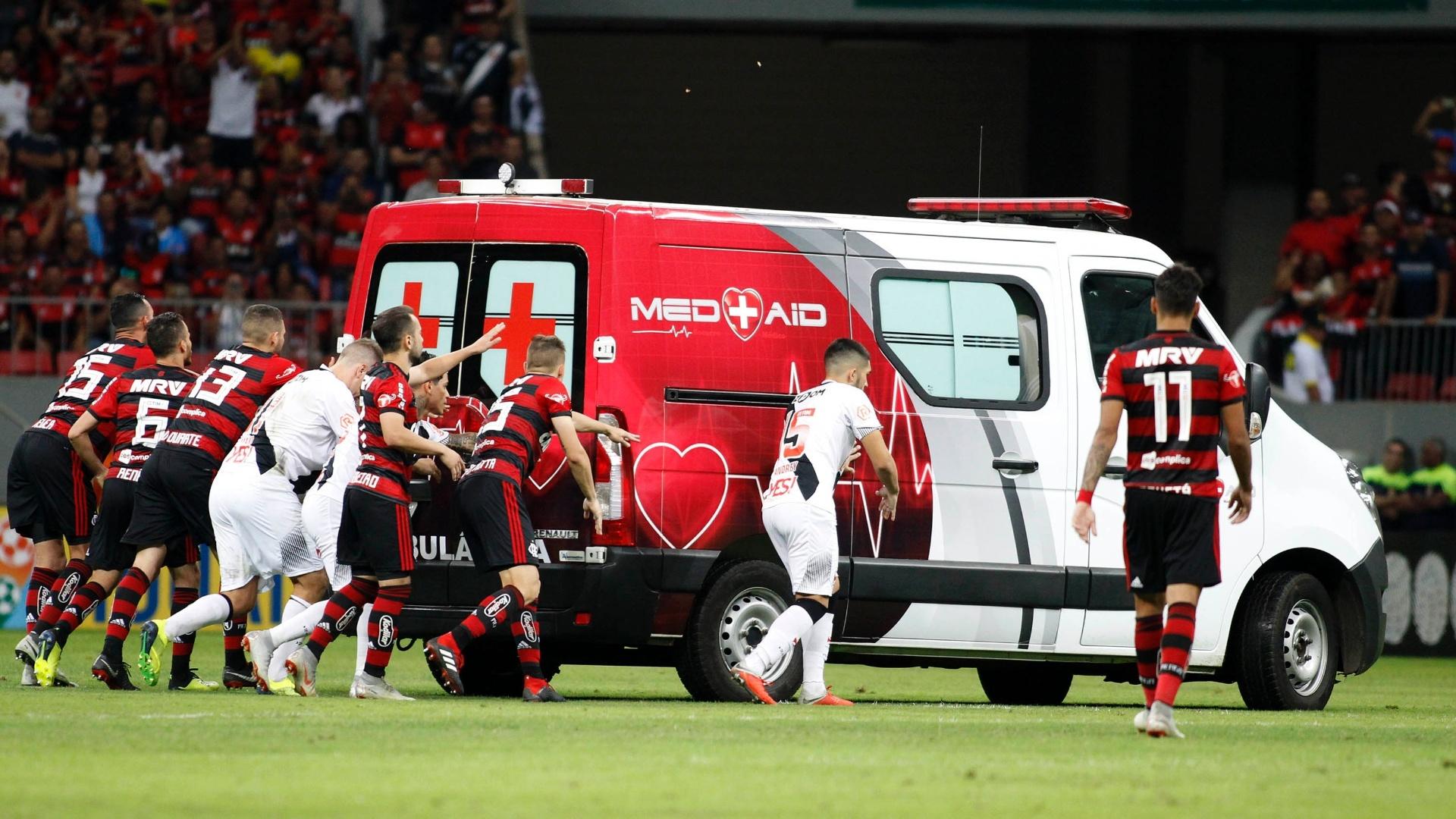 Jogadores de Vasco e Flamengo empurraram ambulância no gramado