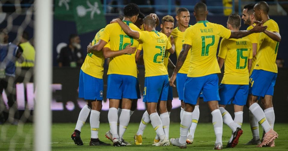 Jogadores da seleção brasileira comemoram segundo gol contra a Arábia Saudita